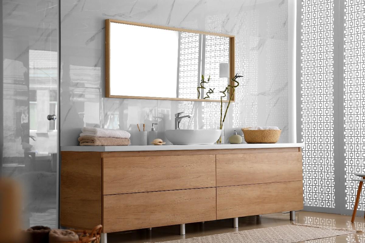 Voici comment réaliser une pose de miroir sur mesure pour salle de bain